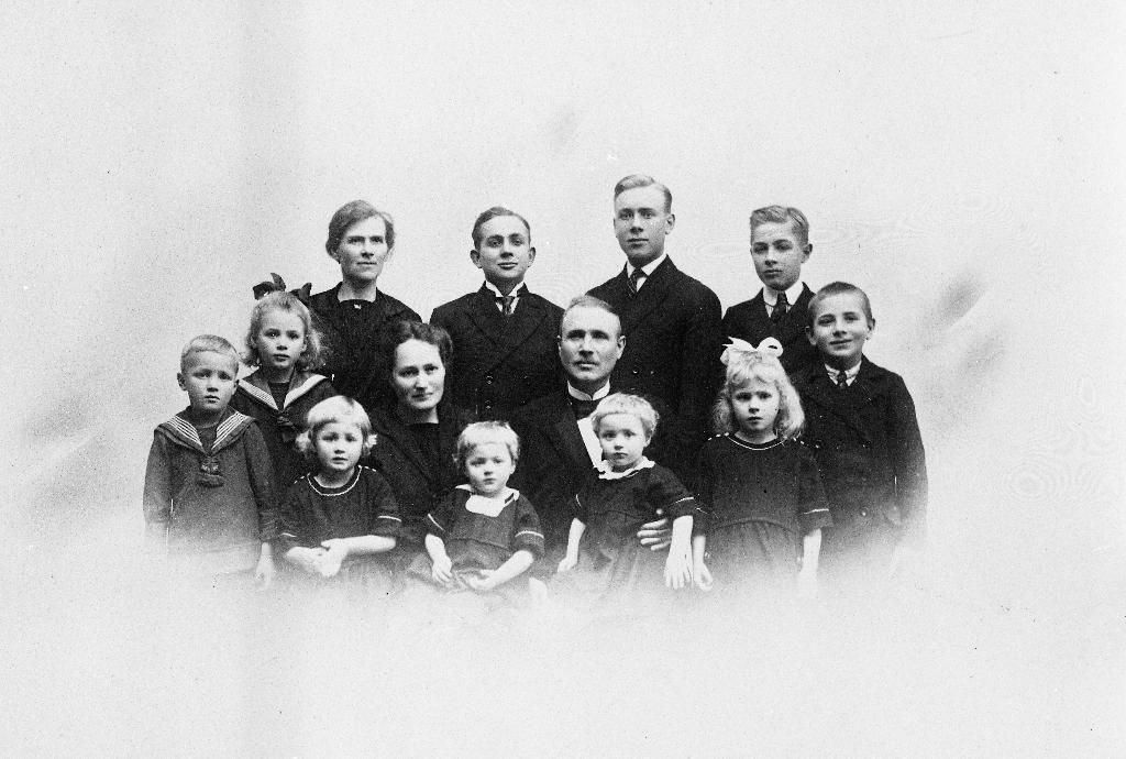 Familien Helle fotografert før avreise frå Lye prestegard i 1923.