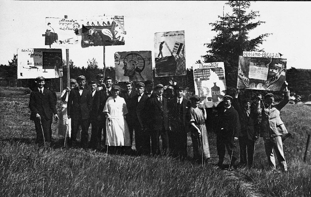 Rødrussen på Bryne 17. mai 1930 ??. Her er dei samla på Geidahodnet med plakatar.