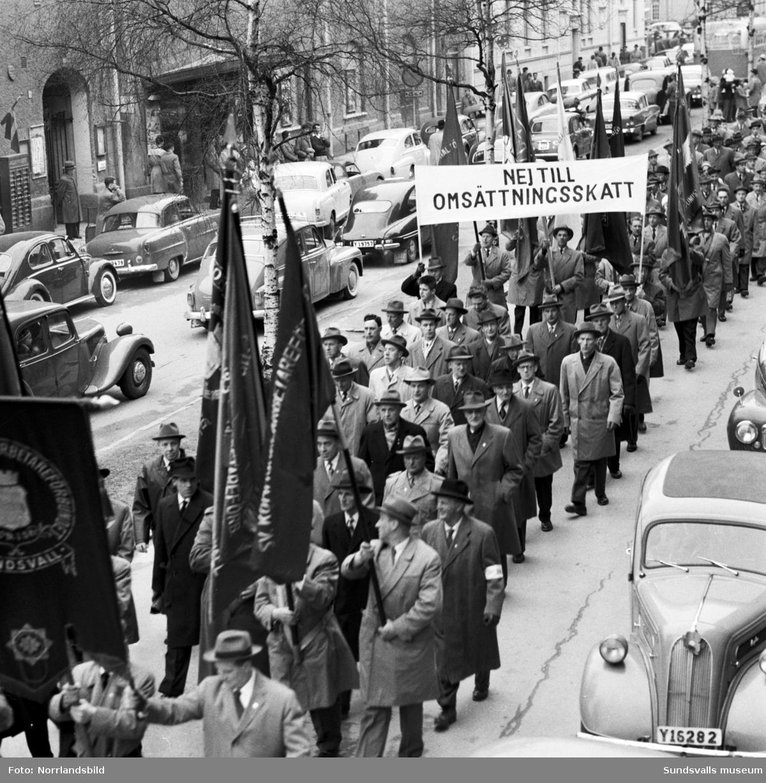 1 maj 1959 med talare på läroverksplanen samt demonstrationståg på Köpmangatan och torget.