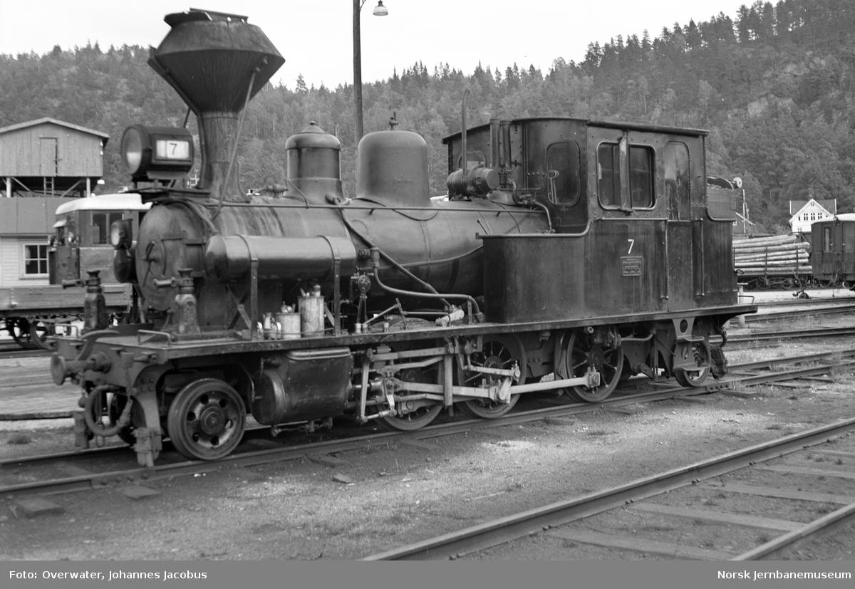 Setesdalsbanens damplokomotiv type XXI nr. 7 utenfor verkstedet på Grovane stasjon