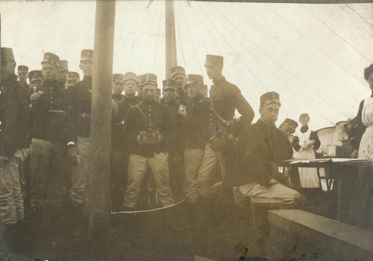 Soldater från Fortifikationen och två kvinnor (marketenterskor?) i ett tält.