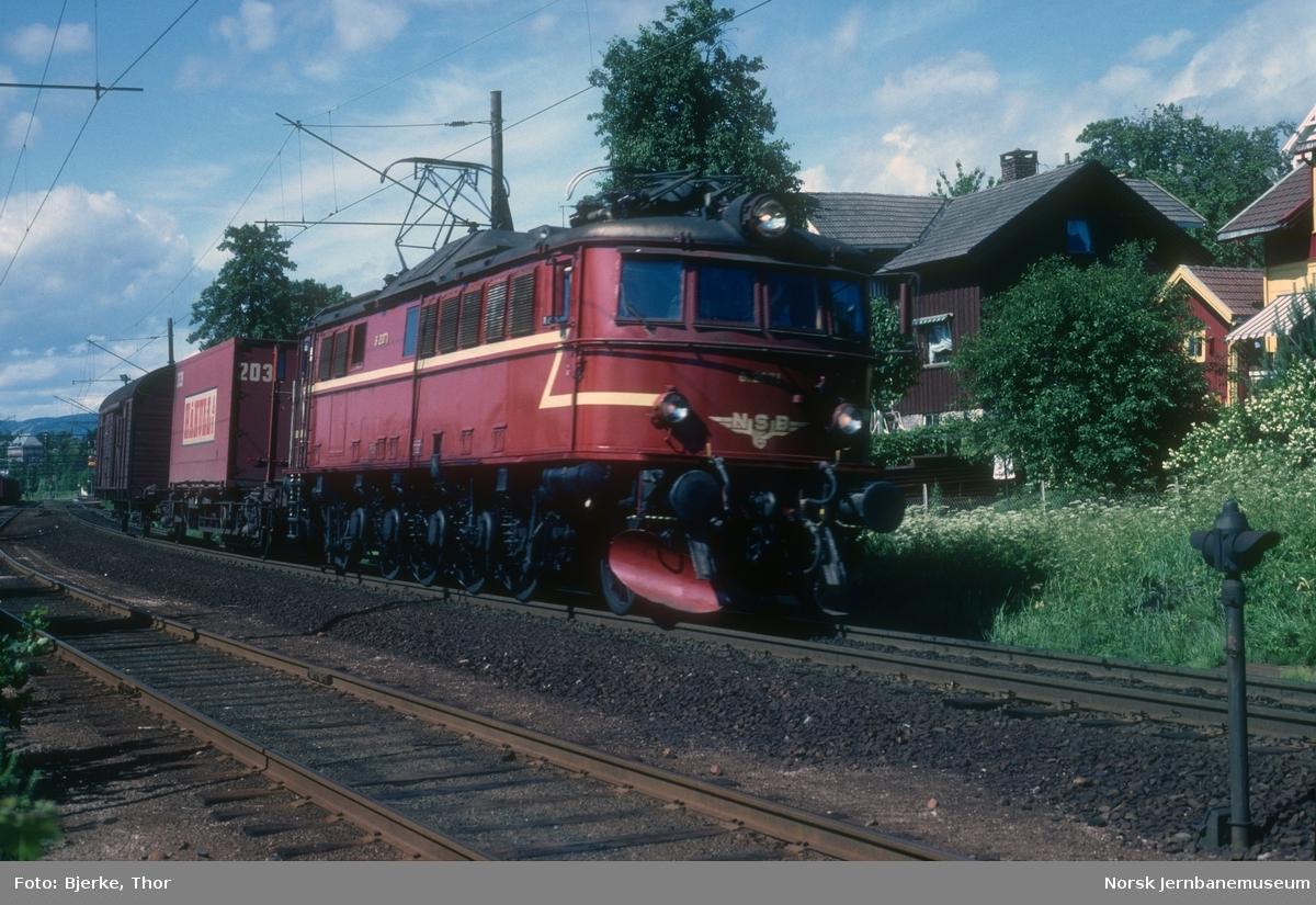Elektrisk lokomotiv El 8 2071 med godstog 5336 sør for Borgestad