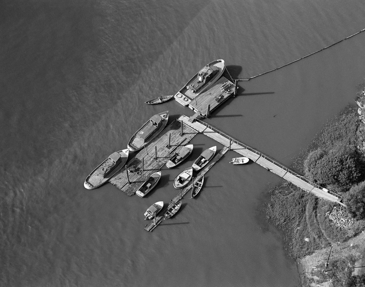 Robåter, varpebåter og slepebåter ved kai.