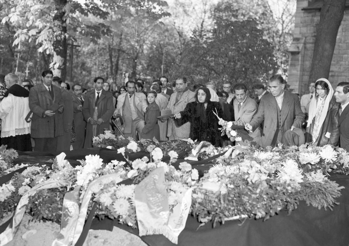 Sörjande vid en romsk begravning på katolska kyrkogården i Stockholm.