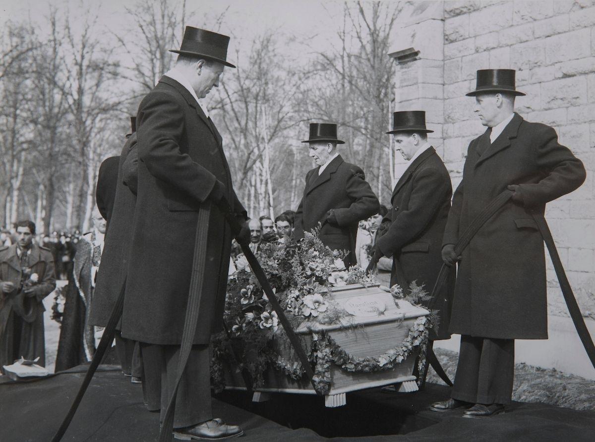 Bilden är troligen tagen i samband med Bessik Taikons begravning.  Bessik Taikon tillhörde den generation romer som brukar beskrivas som den första generationen svenska romer. Han föddes 1874 i Frankrike och flyttade troligen till Sverige under 1880- eller 1890-talet. Taikon var en högt aktad person inom den svenskromska gemenskapen.