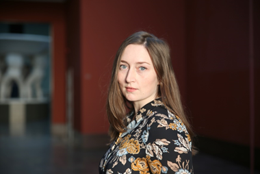 Elin-Therese Aarseth (f. 1985) er kunsthistoriker med mastergrad fra Universitetet i Oslo. Har siden 2013 vært ansatt ved Vigeland-museet i Oslo. Aarseth er kurator for vandreutstillingen Gustav Vigeland. Angsten står i sofaen.