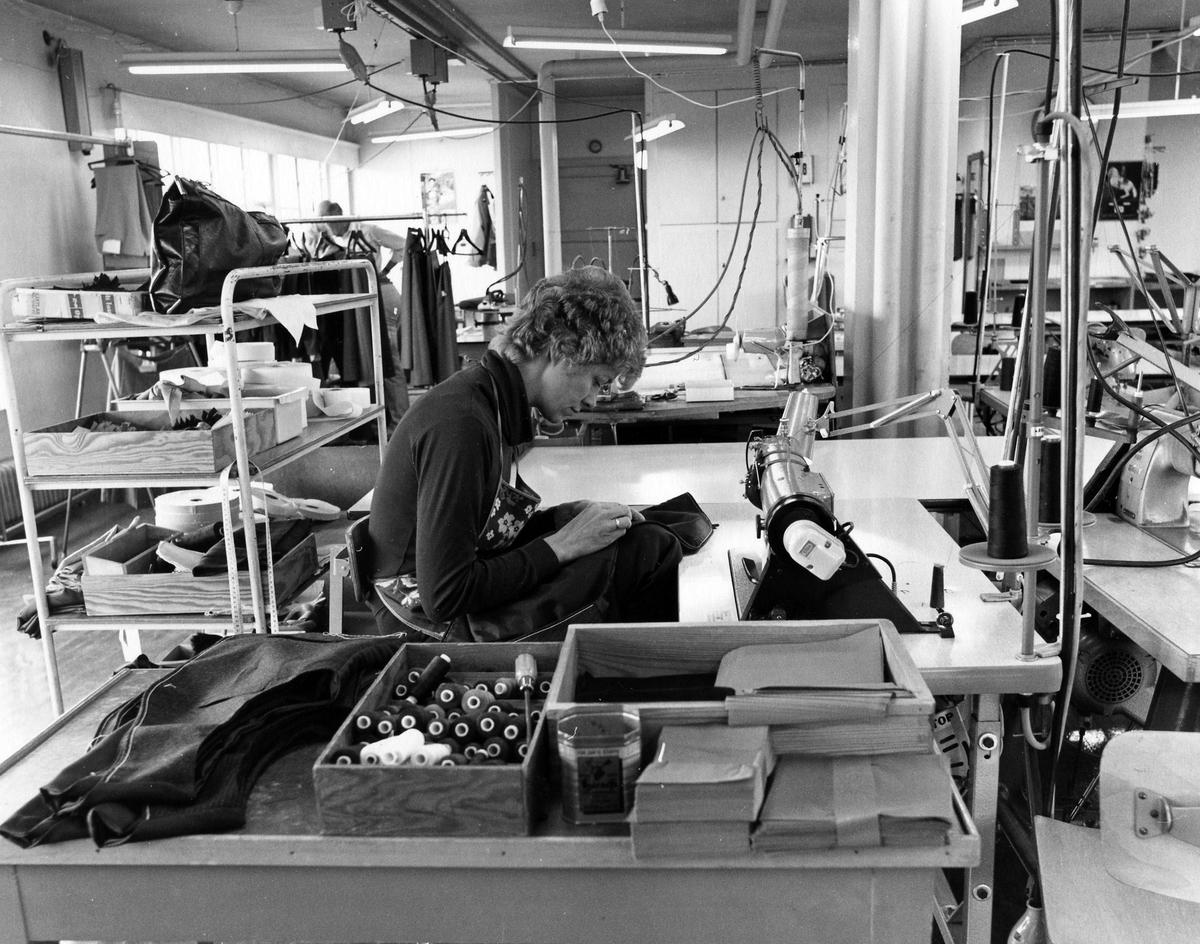 Drabant AB:s byxavdelning på tredje våningen. En kvinna jobbar med tillverkning av västar.