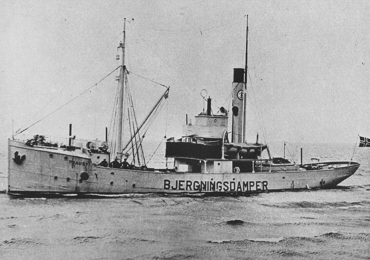 "Bergnings/slepebåten TRAUST merket ""bjergningsdamper"" på siden."