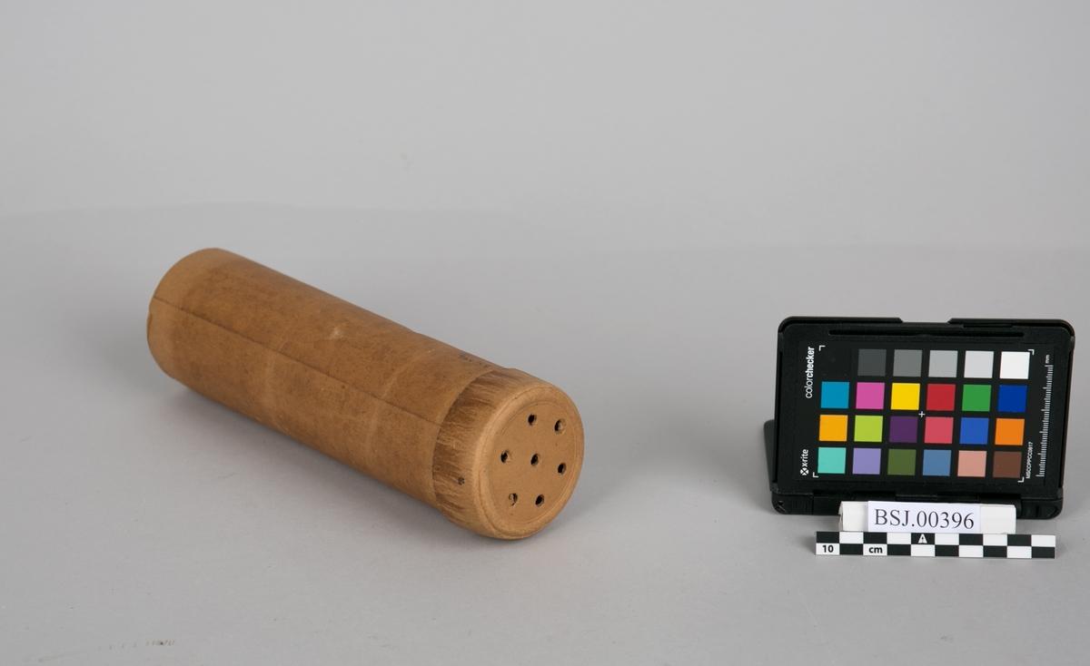 Brannbombe (demontert) som ved bruk fylles med Thermit og tennes med perkutør og detonator. Rund hylse med lokk (fast) i ene ende med tilsammen 7 hull.