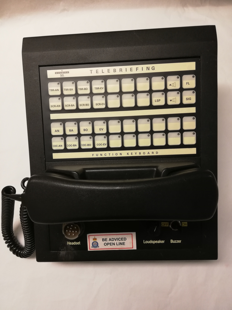 Sambandsapparat med handset. Det er også mulighet for tilkobling av headset.