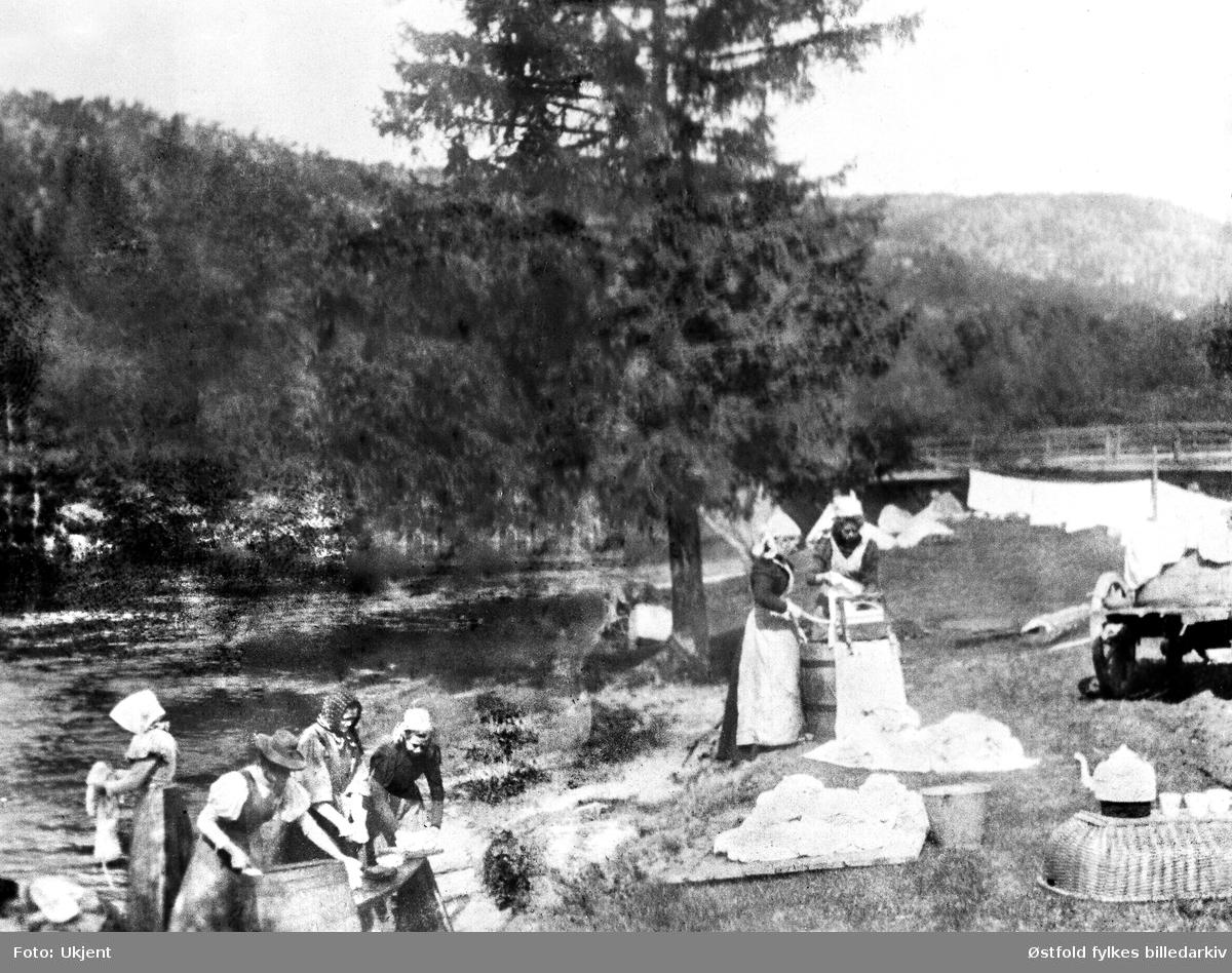 Vask og skylling av klær i Berby-elva, Idd, Halden. På fotokort datert til ca. 1920 (?), kan ikke stemme. Antakelig 1908-1910.