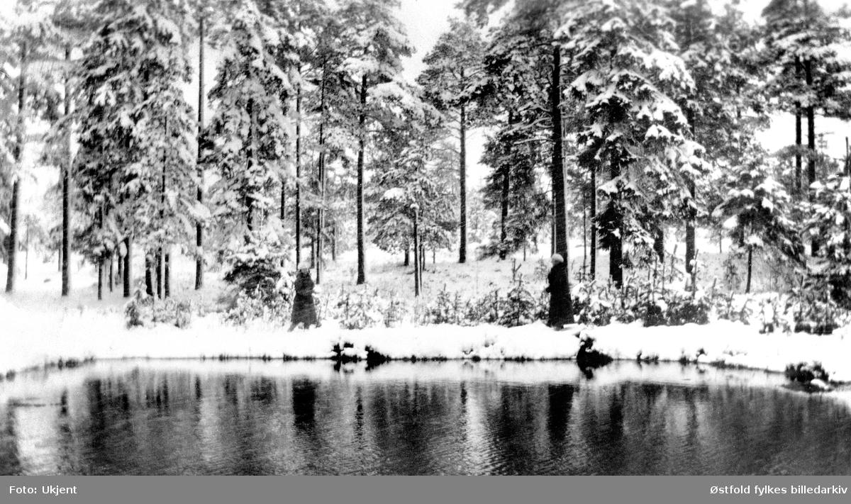 Gårdsbrønnen på Grønlien i Rolvsøy 1. mai 1929 , med snø! Alle gårdsbruk hadde gårdsbrønn. I beste fall var det vannledning til fjøset, der var det pumpe. Men de fleste bar vann til dyrene. Om sommeren beitet kyrne ute og drakk rett av brønnen. Ved tørke kunne man ikke bruke vann fra ila til vask og reingjøring, da ble gårdsbrønnen brukt.