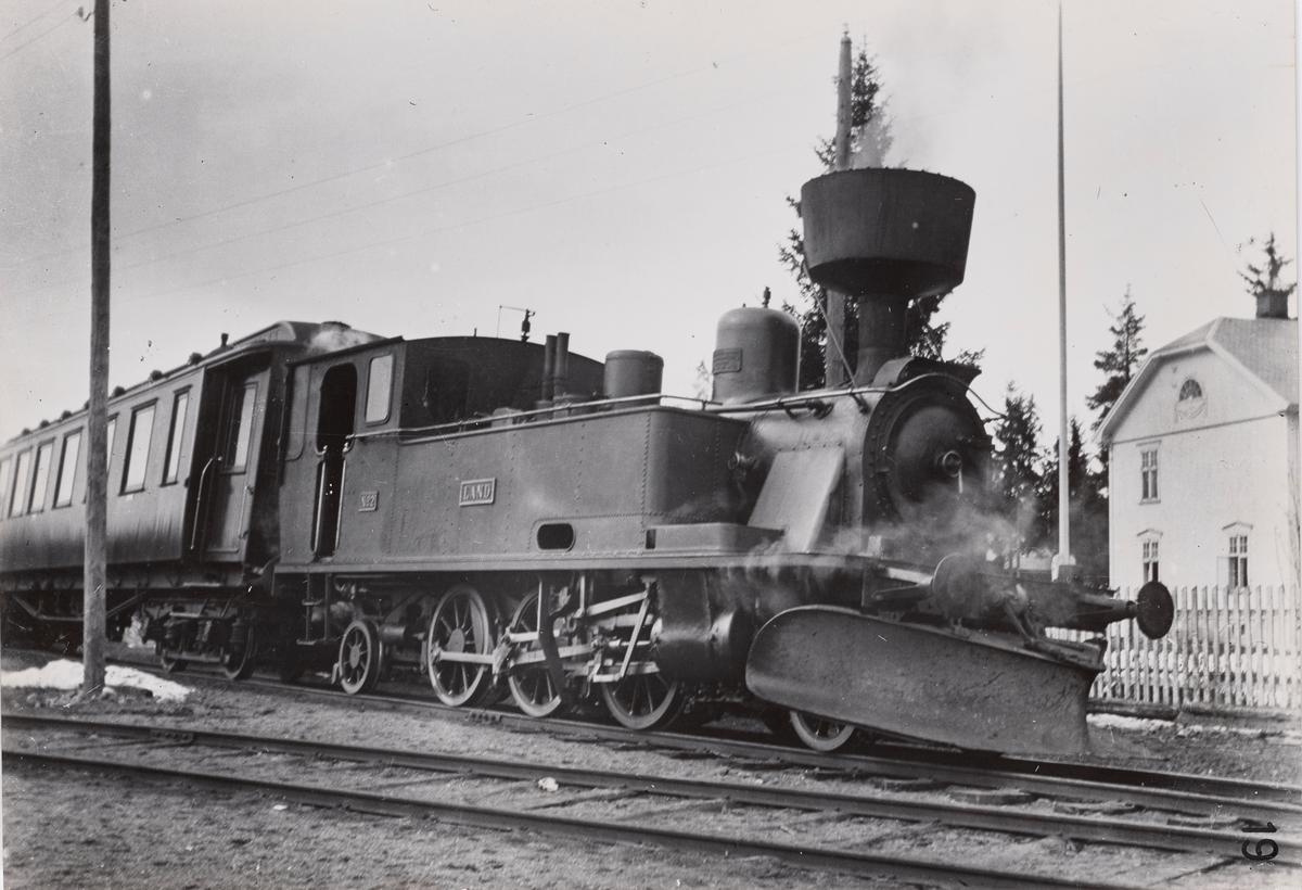 Valdresbanens damplokomotiv nr. 2 LAND med persontog på Dokka stasjon