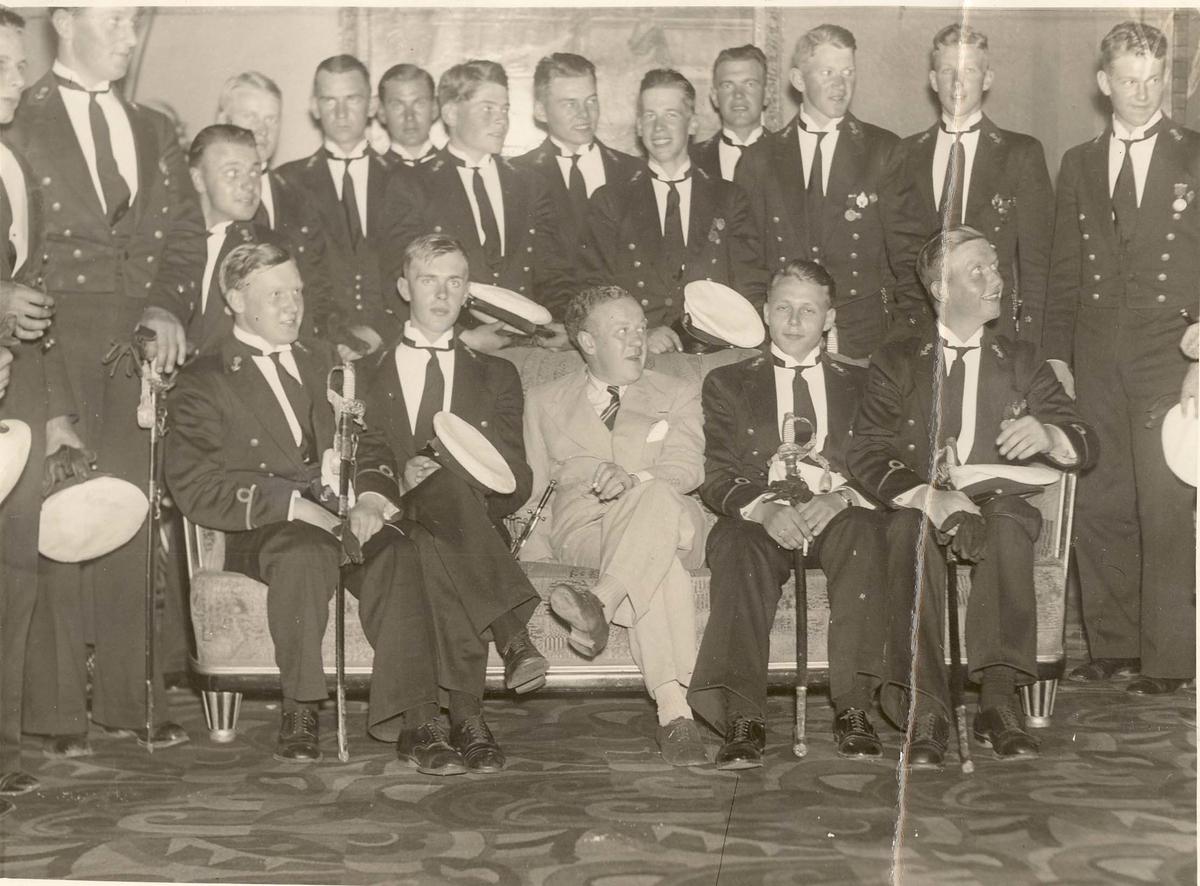 Motiv: Sjøkrigsskolen. Kadetter på besøk i kino i Newcastle sommeren 1937 med M/L Olav Tryggvason.