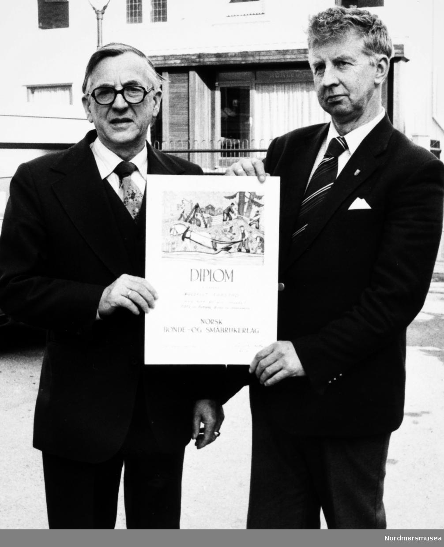 Arnt Astad. Diplom. Småbrukarlagets første æresmedlem. Bildet er fra avisa Tidens Krav sitt arkiv i tidsrommet 1970-1994. Nå i Nordmøre museums fotosamling.