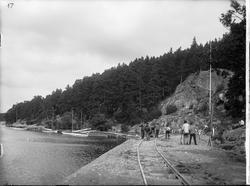 Bygget av Södertälje kanalverk. En banvall, längs med vatten