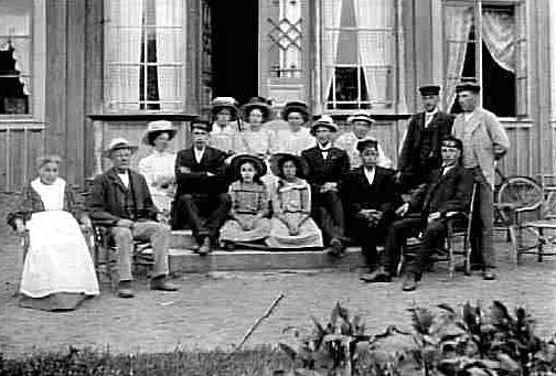 FESTKOMMITTÉN I FREDSBERGS BLÅBANDFÖRENING SAMLAD UTANFÖR ETT HUS.1884 bildades den första svenska blåbandsföreningen (nykterhetsrörelse).