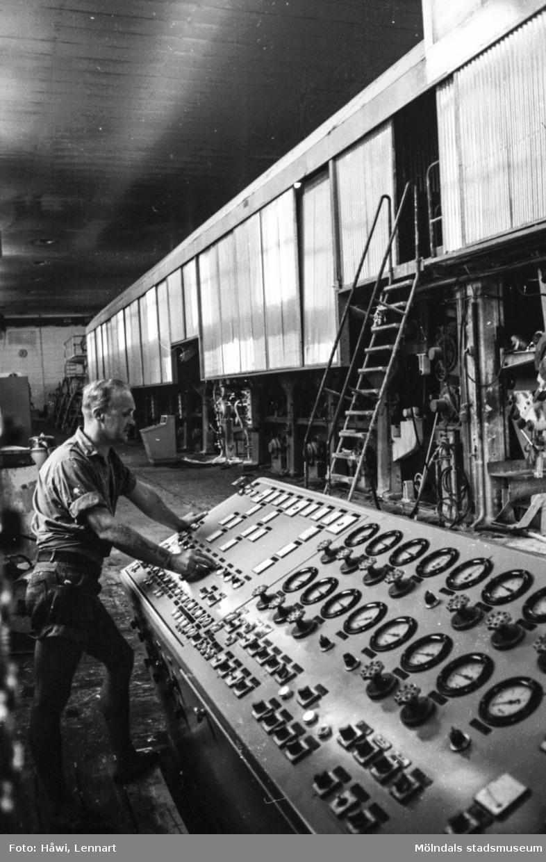 Jörgen Jörgensen justerar bestrykningsverket på PM5. Pappersbruket Papyrus i Mölndal, hösten 1970.