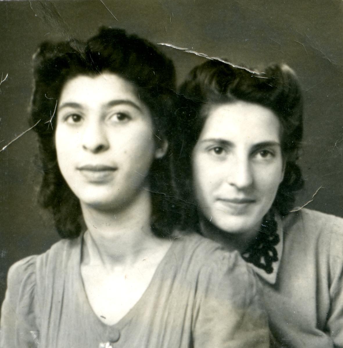 Två unga kvinnor ser in i kameran. Bildens ursprung är okänt.