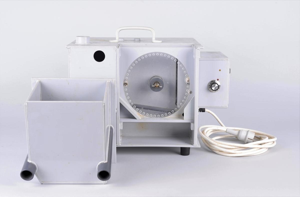 Maskin eller innretning med chassie i grå plast. Ukjent produsent.  Bærbar med mulighet for å skifte ut målehjul. Trinnregulering (1 - 10), ukjent måleenhet.   Består av to deler. Maskinene eller innretningen med strømkabel og en ekstra boks med skrå bunn og to langsgående rør. Vanskelig å si om enhetene på noe vis kan monteres sammen.  Produsert i samme materiale.