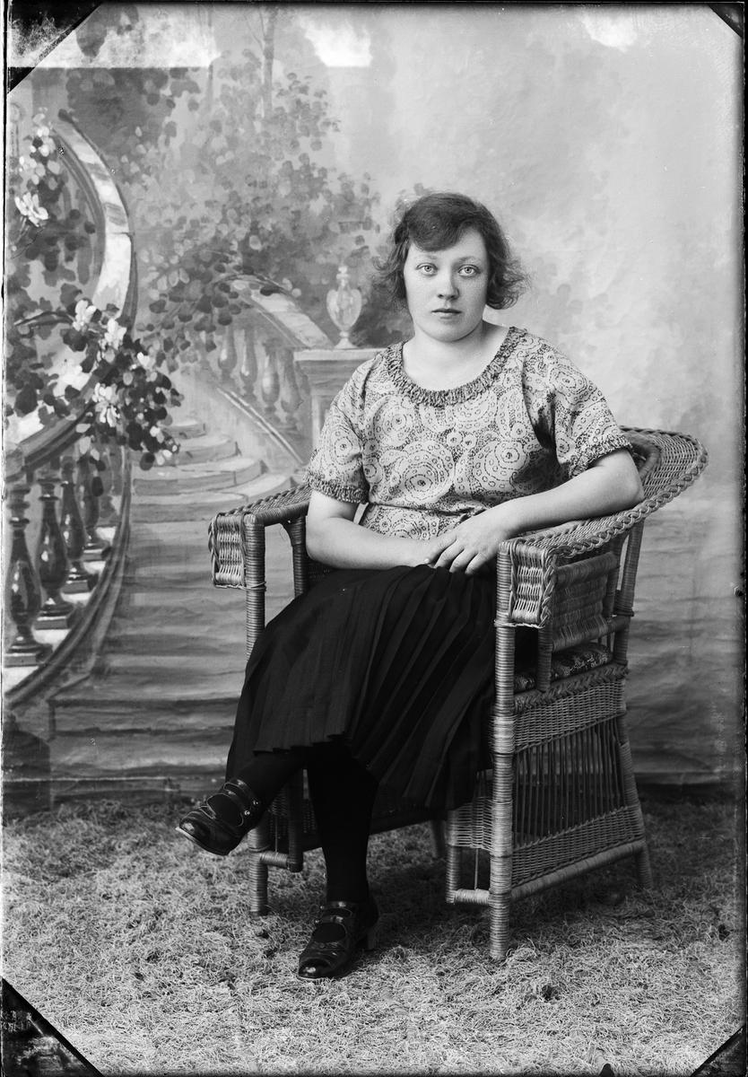 Ateljéporträtt - Signe Lindberg från Fors, Hökhuvud socken Uppland 1926