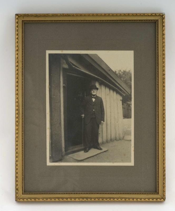 Martinius Steen foran huset sitt – Kanten 1. (Foto/Photo)