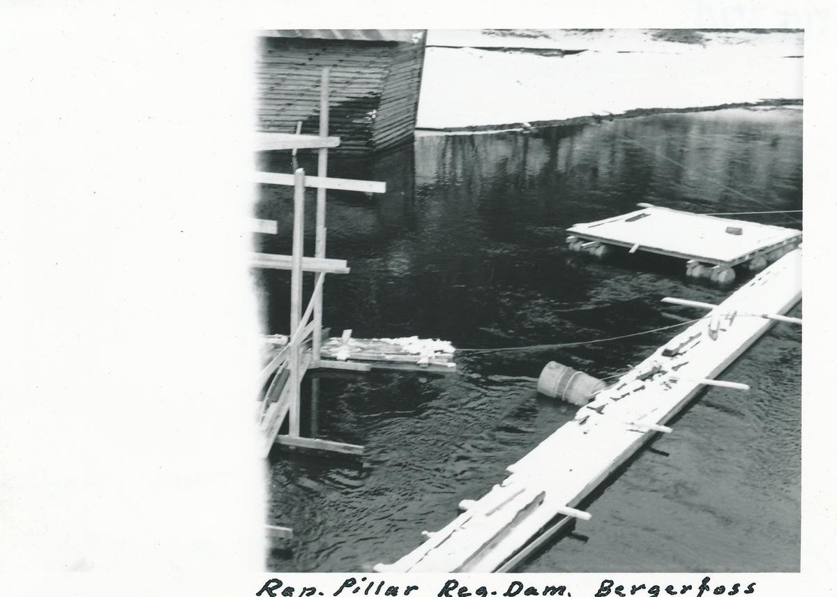 Stillas for reparasjonsarbeid ved reguleringsdammen på kraftverket på Bergerfoss. Lenser til høyre i bildet.
