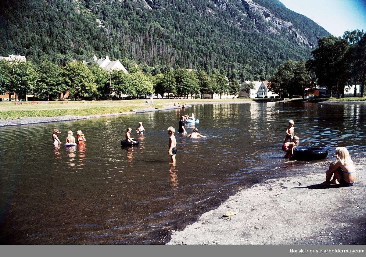 Barn bader i Tveitotjernet (Tveitoparken).