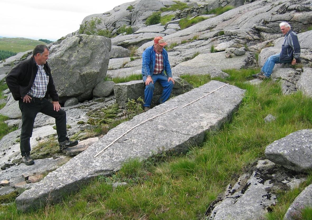 Befaring på Jæren for å finna stein som kan vera sokkel for statuen Dølahesten til Jærmuseet.