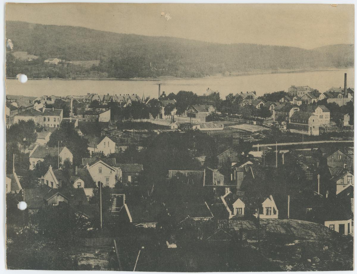 Fotomontasje over Moss by, tatt fra Vannbassenget på Blåbæråsen, over Sundet mot Jeløy.