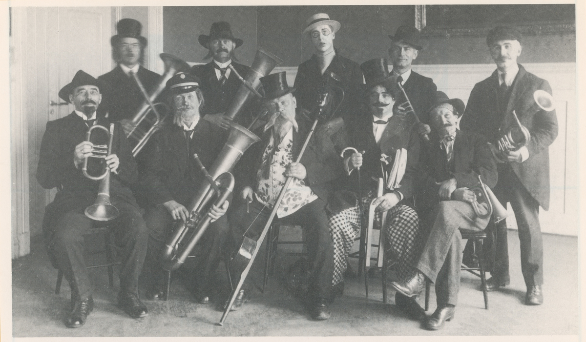 """Moss Sangforening, to gruppefotos.  Bilde 1: Fastelavnsløyer, Hønefoss-kvartetten 1909. Postkort.  Bilde 2: Kostymeløyer, """"Håndverker'n"""" 1916."""