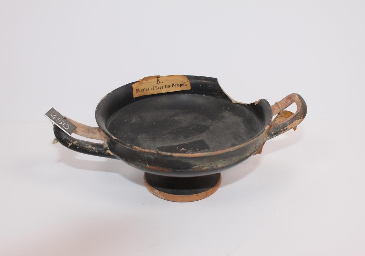 Antikk skål av brent leire m/stett, fra Pompeii