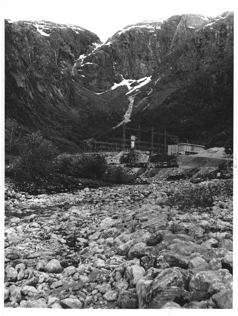Tørrlagt elv og kraftstasjon - i bunnen av Maurangerfjorden. Hard.