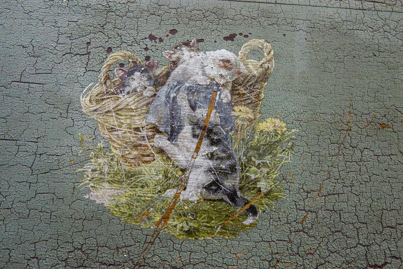 Dekormaleri fra en kommode: kattepuser i lek. (Foto/Photo)