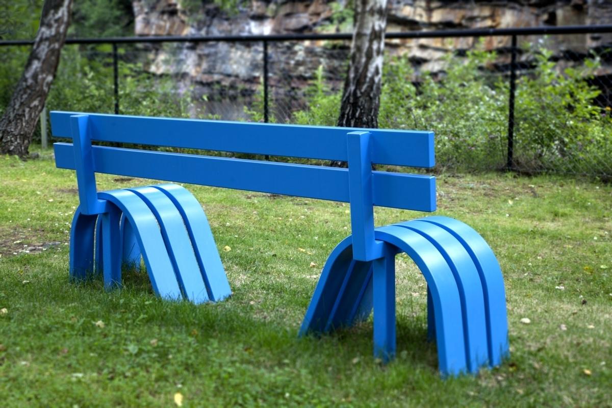 De fem blå benkenes grunnleggende form ligner på tradisjonelle park- og hagebenker, men de har blitt modifisert slik at det er  fysisk anstrengende å sitte på dem. De utfordrer oss til å sitte, klatre og leke på dem uten å miste balansen.