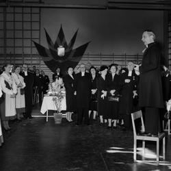 Biskop Torsten Ysander mottar Stiftets 60-årsgåva