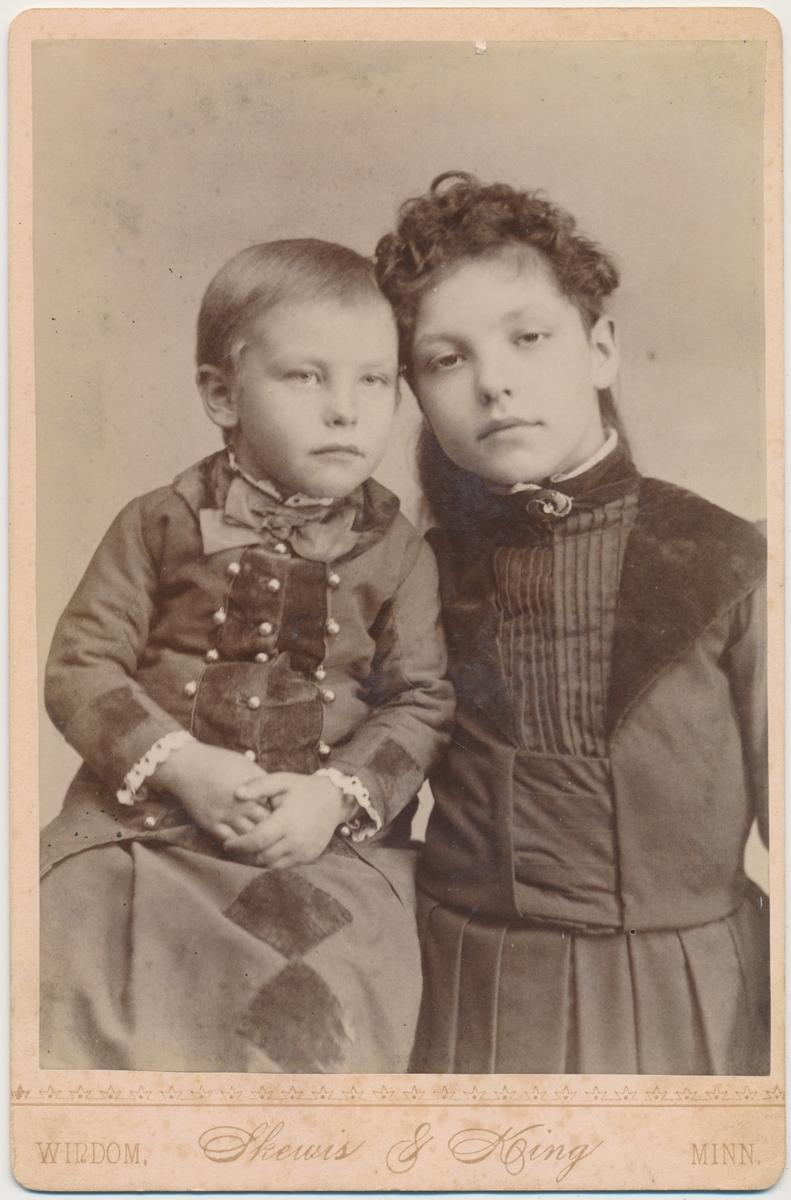 to små jenter, Inga og Eivor Smestad
