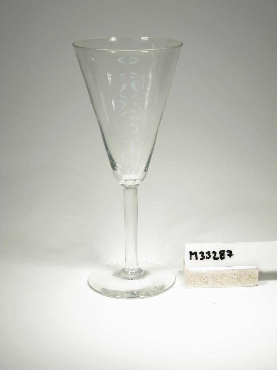 Champagneglas med konformad kupa och påklippt ben.