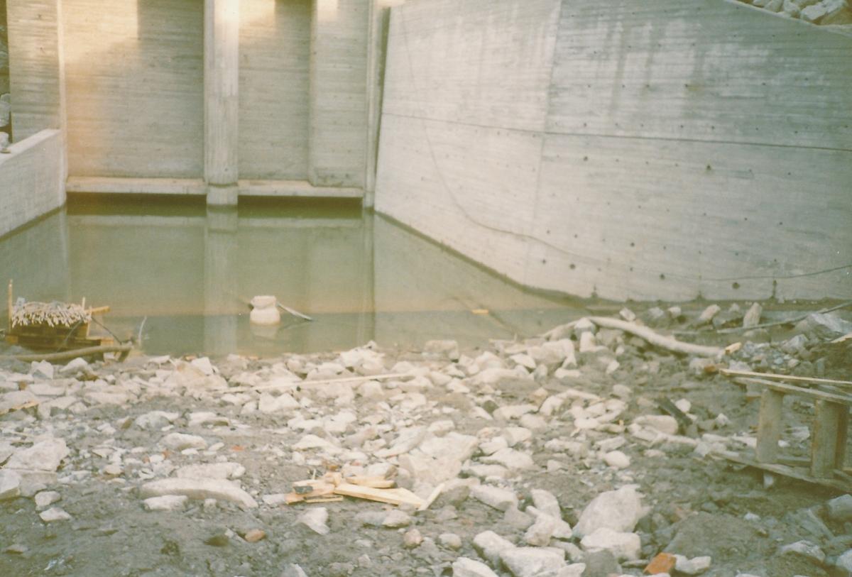 Ferdigstilt vannutløpet nedenfor kraftstasjon Kistefoss II. Vannet har begynt å renne ut fra stasjonen igjen.
