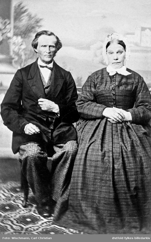 Portrett av ordfører Christian Skulberg Christensen med sin kone Inger Marie Arnesdatter Skulberg Christensen fra ca. 1925 i Spydeberg. Christensen var ordfører i perioden 1856/57 og 1870/71.
