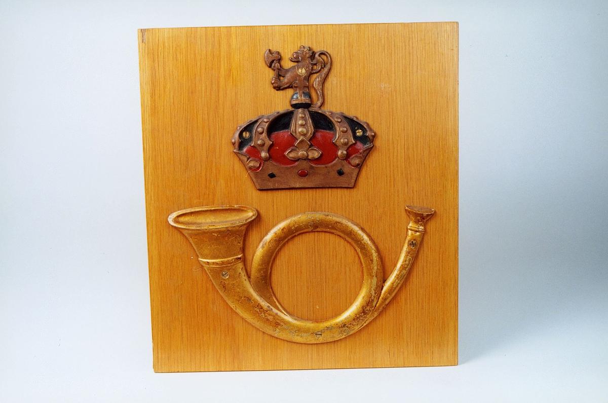 Posthorn og krone skrudd på treplate- også noen løse sett. Gml.