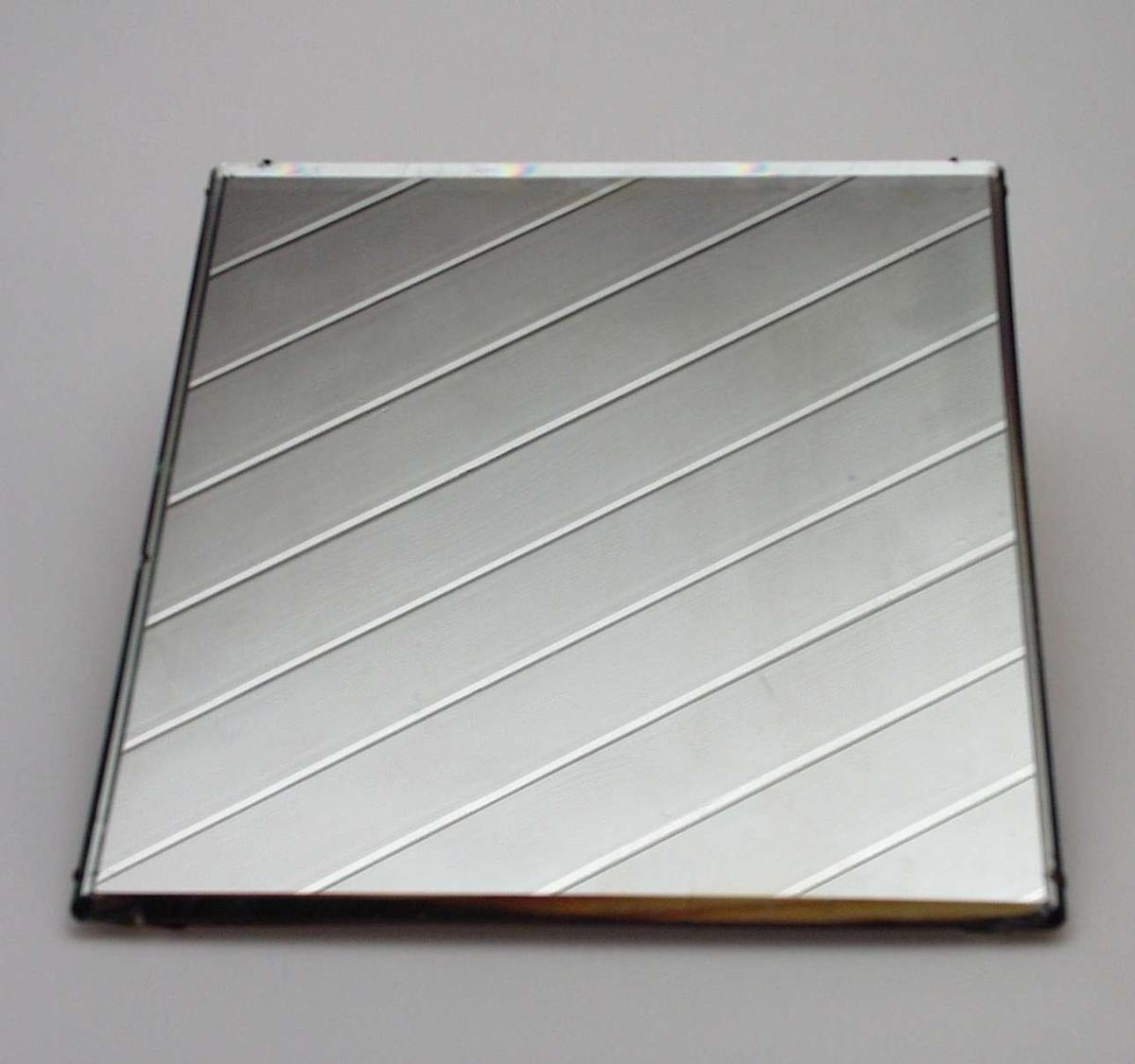 Firkantet speil med bakstykke i tre. Ingen innramming.