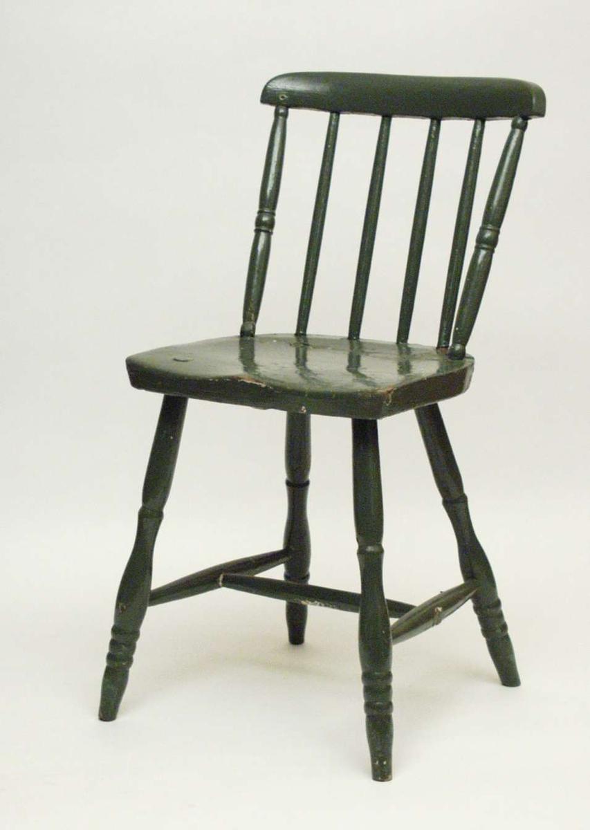 Grønnmalt pinnestol med rundet toppbrett, profilerte akterstaver og dreide profilerte ben.