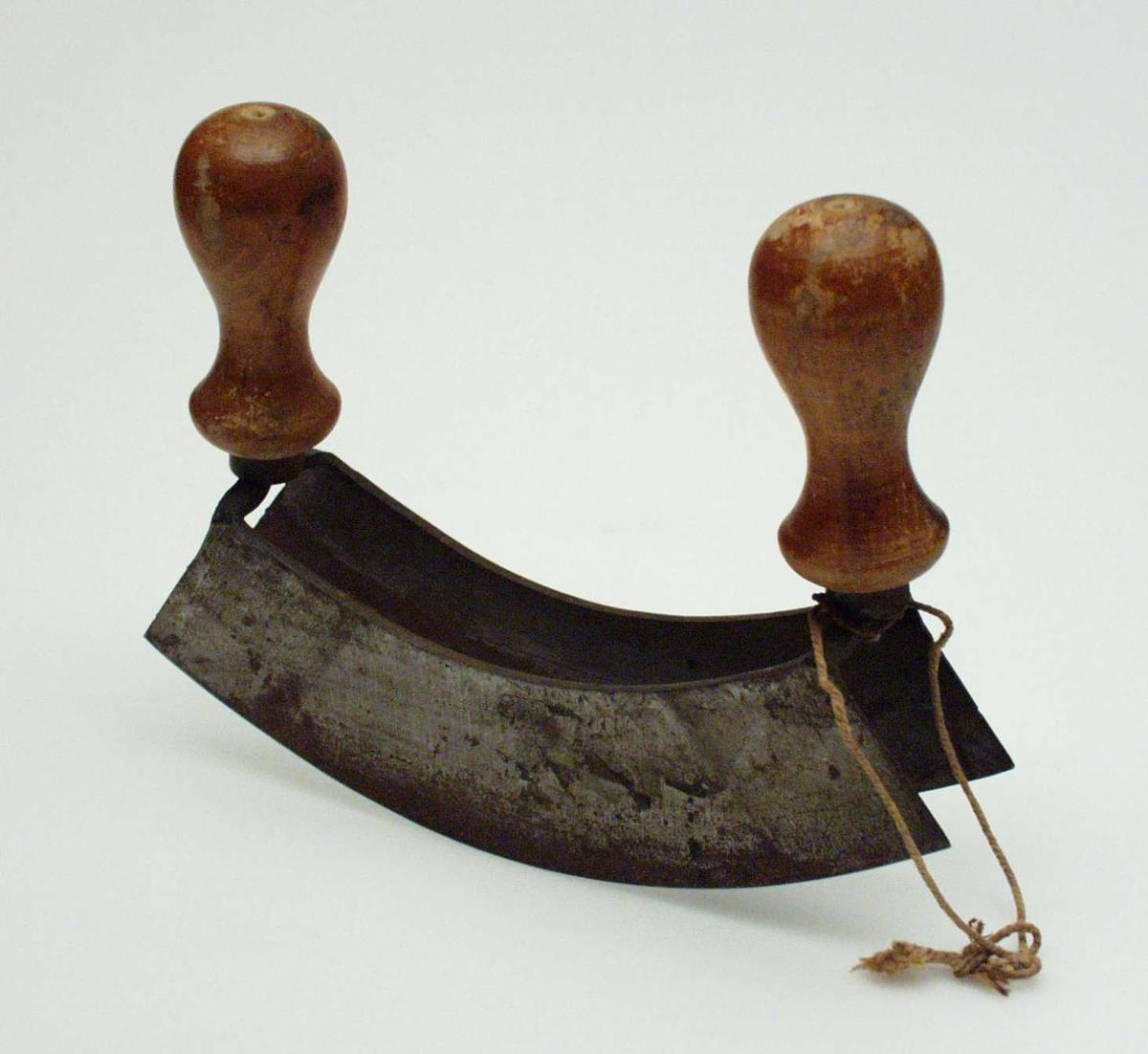 Hakkekniv med to parallelle blad og dreide treskaft i hver ende.