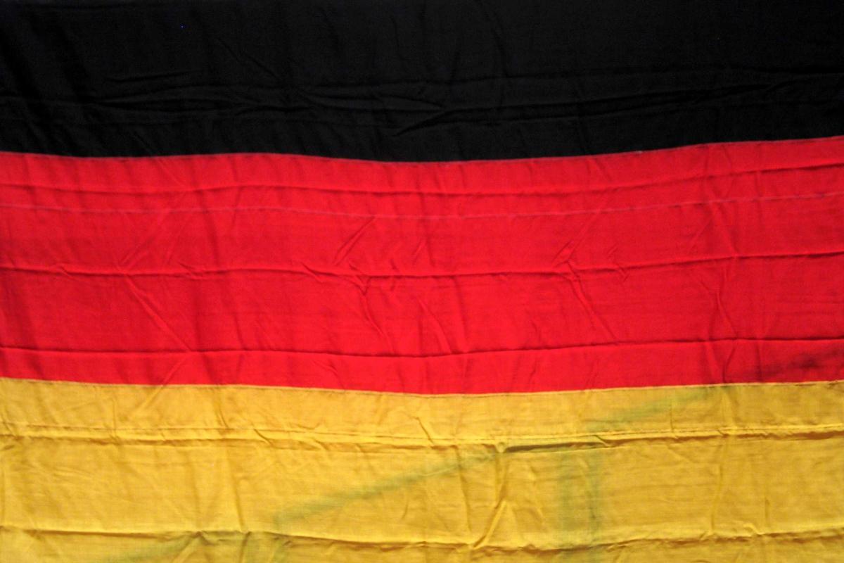 Tysk flagg med påsydd løpegang, snor og metallring.