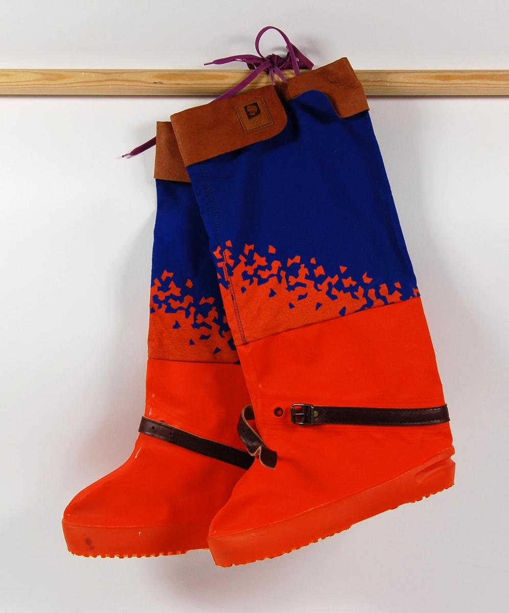 Blå og oransje fotposer med krystallmønster. Krystallmønsteret inngikk i LOOCs designprogram. Fotposene har en lærkant øverst, og en lærreim med spenne til stramming ved ankelen. Det er festet en fiolett nylonsnor for å stramme fotposene ved lærkanten. På lærkanten er det festet et merke med logo for de olympiske vinterleker på Lillehammer i 1994.