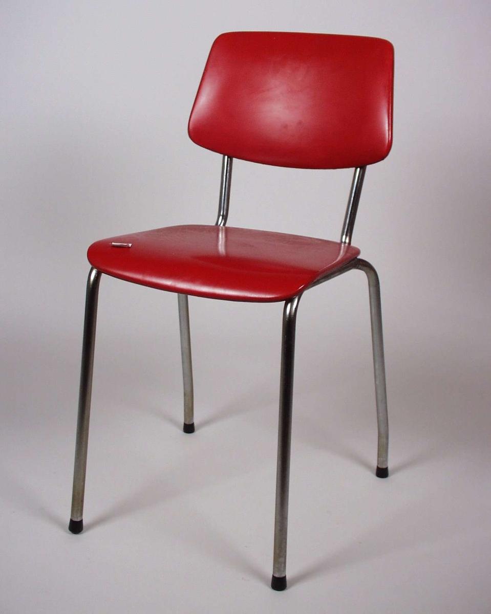 Stolen er av metall med formpresset bjørk til sete og rygg, dette er trukket med rødt kunstskinn.