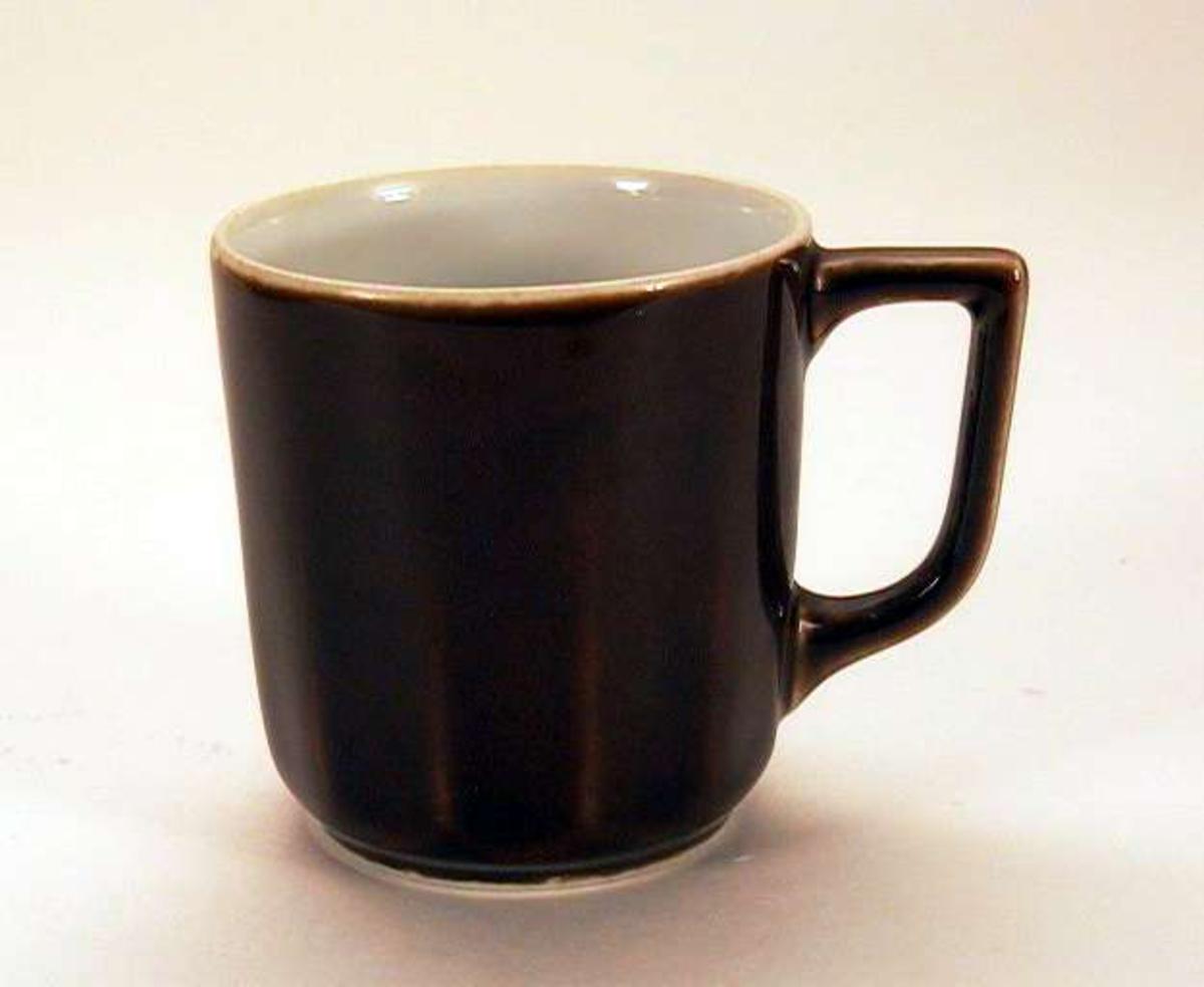 Liten, rettsidet kaffekopp i porselen. Den er brunglasert utenpå, hvit inni.