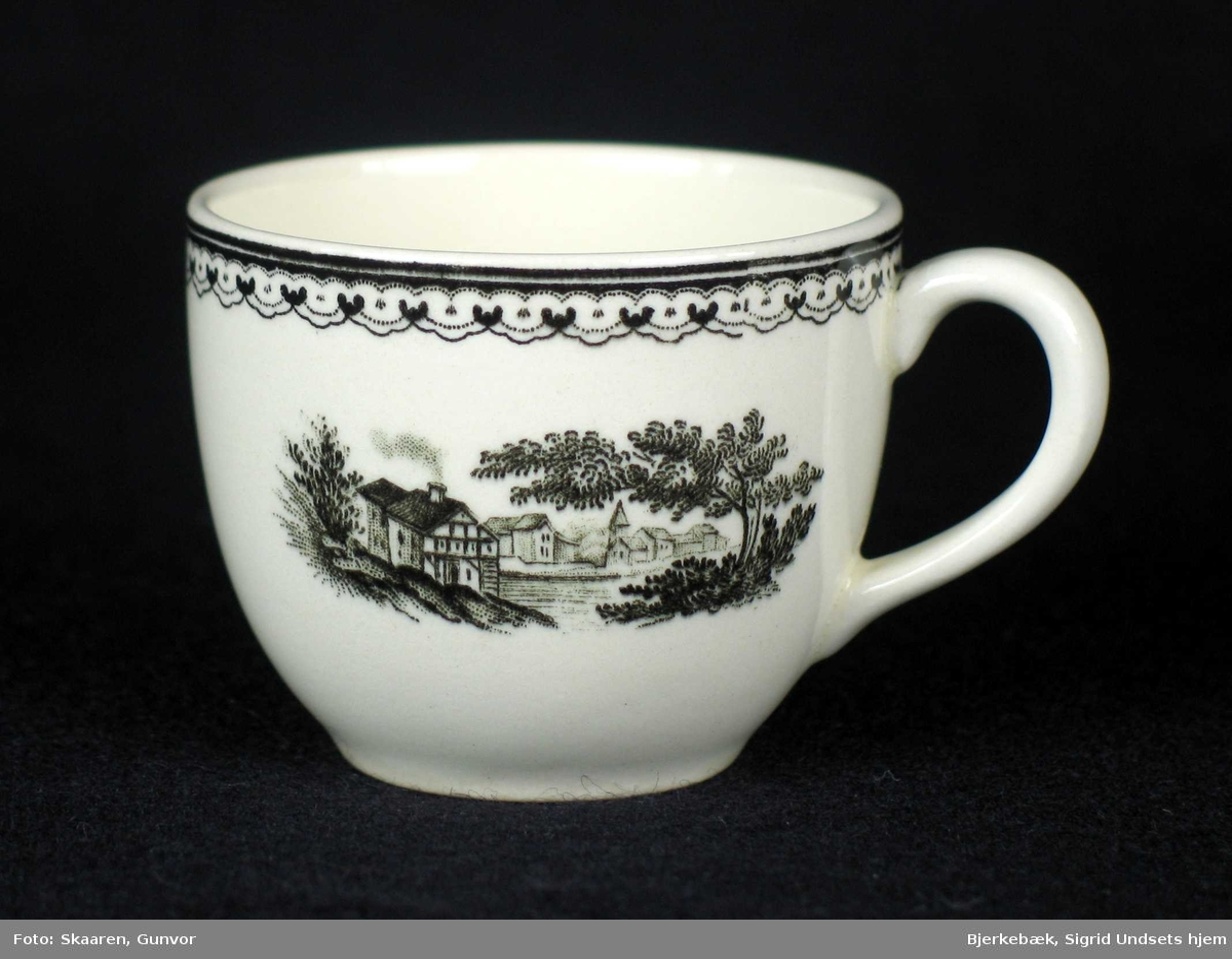 Kaffeservise i offwhite keramikk med sort dekor. Serviset består av 11 små kaffekopper, 13 skåler og 11 tefat (skåler) som ble brukt som asjetter.