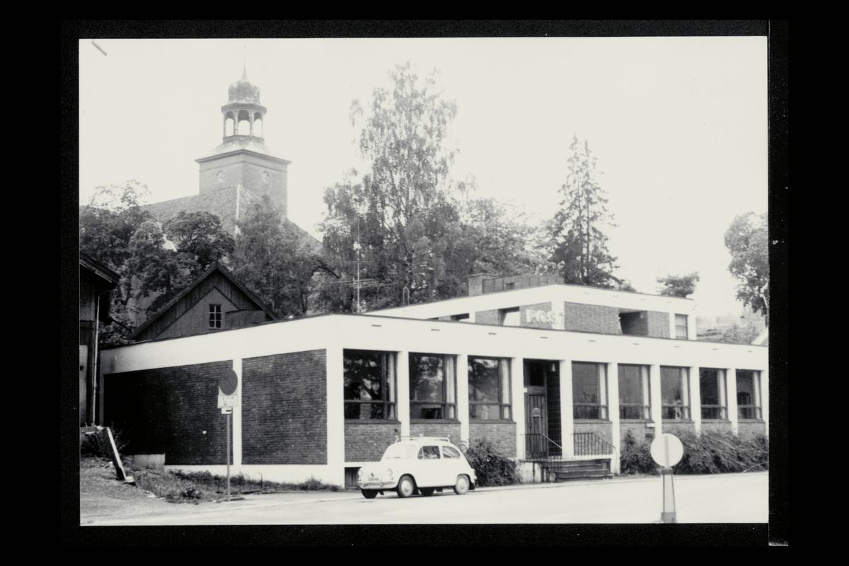 eksteriør, postkontor, 3600 Kongsberg , Fiat 600 i forgrunnen